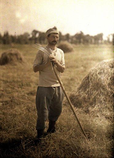 Agriculteur tenant une fourche