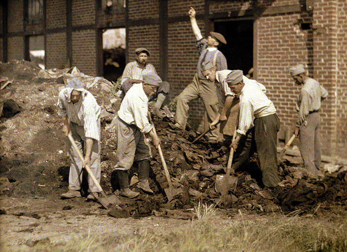 Ouvriers militaires travaillant à la pelle dans les décombres
