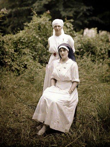Mademoiselle Saint-Paul, directrice de l'hôpital (debout) et mademoiselle Andrieu (assise), posant dans un jardin