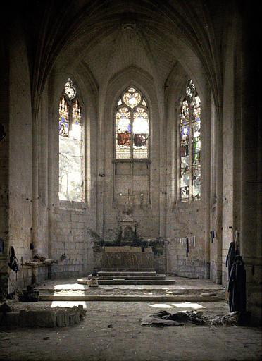 Intérieur de l'église : dégâts des vitraux