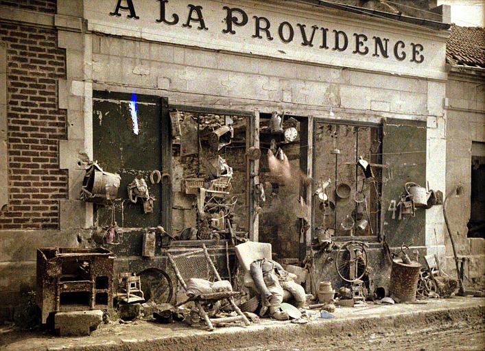 Devanture du magasin après le départ des allemands : bric-à-brac devant le magasin