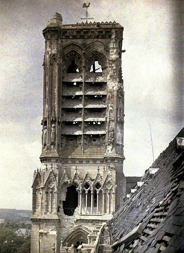Le clocher : trou provoqué par une bombe (vue prise au niveau du trou de la bombe )