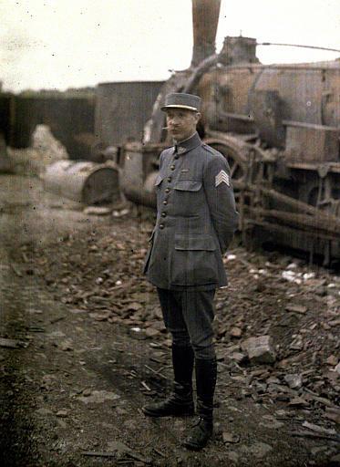 Monsieur Beauchamp, propriétaire de la distillerie devant une locomotive