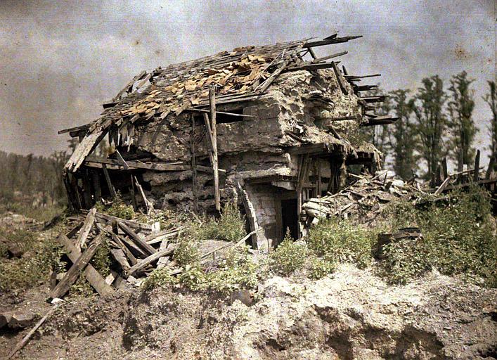 Un abri de mitrailleuses en ciment armé (allemand) construit sur les ruines d'une maison