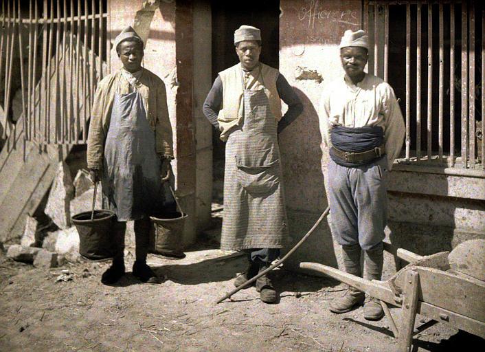 Un groupe de Sénégalais : trois hommes en train de travailler