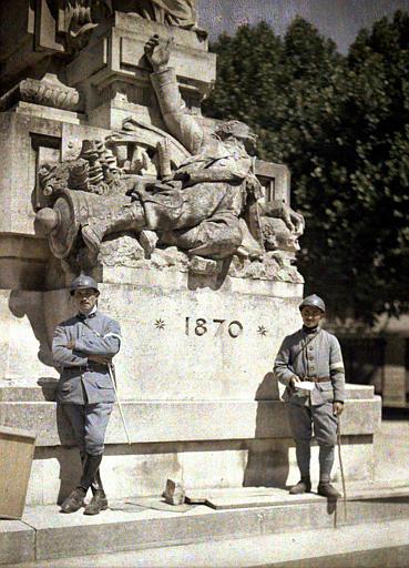 Deux soldats devant le monument