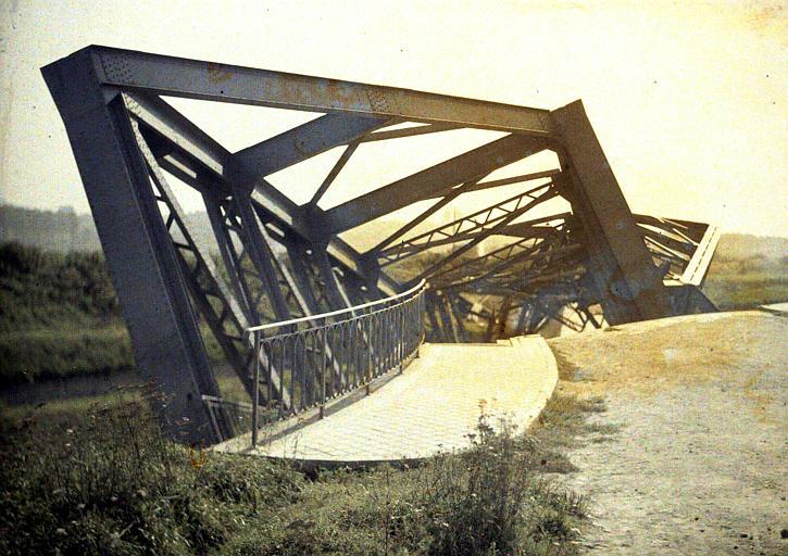 Pont détruit, route de Noyon à Roye (pont métallique tordu)