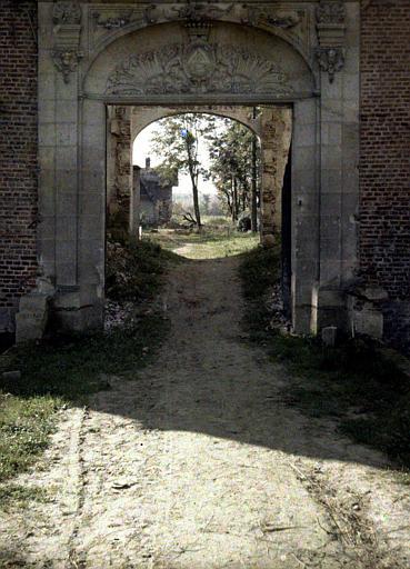 Vue en perspective de la campagne à travers la porte