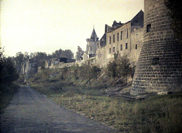 Coucy-le-Château, remparts au soleil couchant