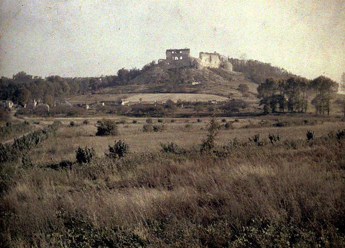 La vallée de Coucy : ruines du château sur une butte