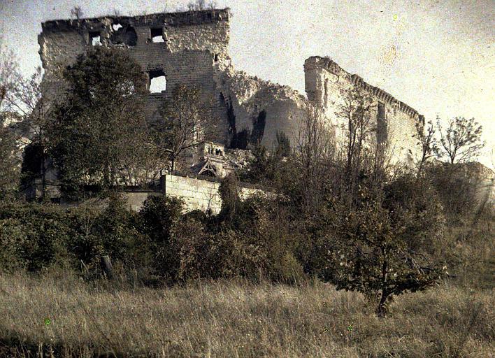 Les tours démolies : vue rapprochée des ruines du château