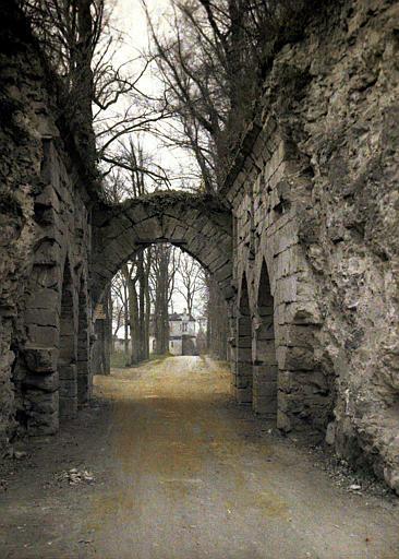 Entrée du parc : on aperçoit à travers l'arche un commun du château