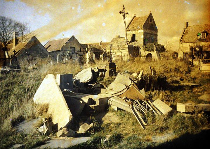 Cimetière, tombes détériorées