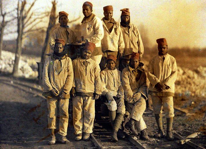 Autour d'un wagon, campagne enneigée : travailleurs sénégalais