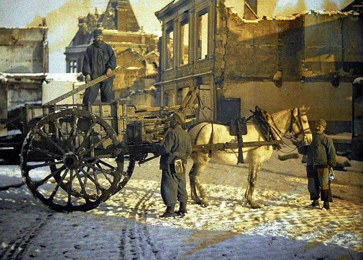 Soldats avec cheval et charrette, sur fond de ruines