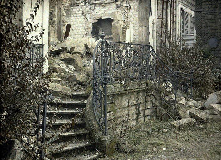 Façade avec escalier, destructions