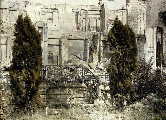 Façade avec escalier : destructions
