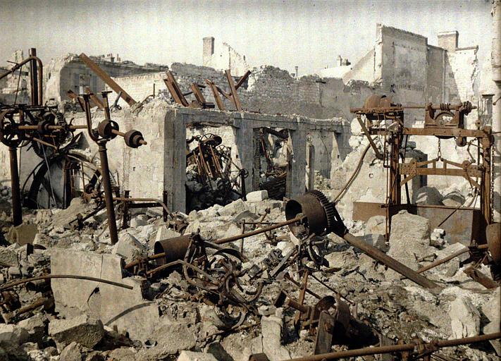 Restes : machines tordues et rouillées sous les décombres
