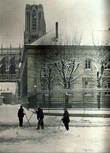 Enlèvement de la neige, au fond façade nord de la cathédrale