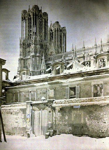 Au second plan tours de la cathédrale et partie supérieure de la façade sud
