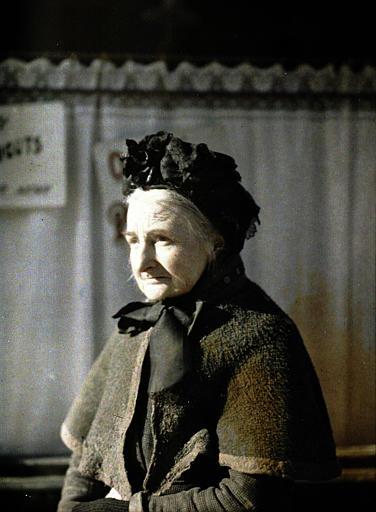 ' Une grand-mère ' : femme coiffée d'un bonnet de dentelle noire, noué sous le menton