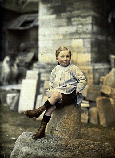 Jean, petit garçon assis sur une pierre (probablement dépôt de la cathédrale