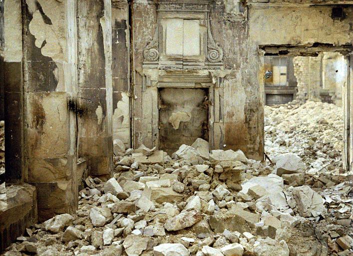 Vestiges d'un intérieur ancien : cheminée sculptée