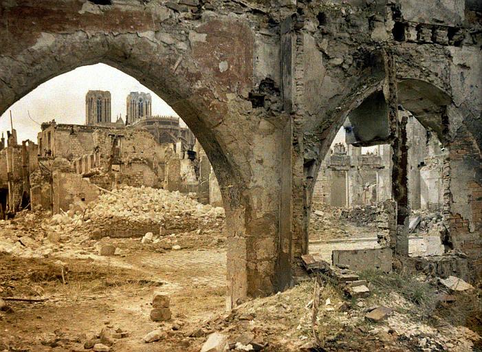 Effet de contre jour, au fond : abside et tours de la cathédrale