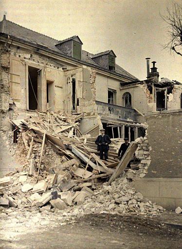 Après un bombardement, deux civils dans les ruines
