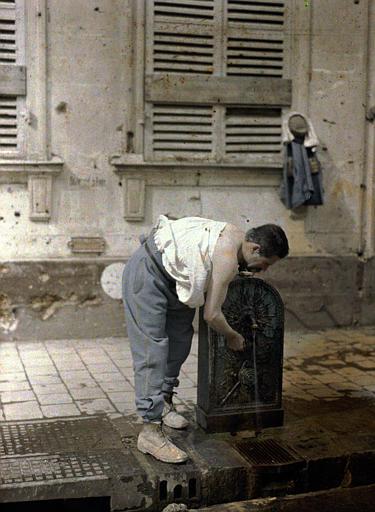 Militaire se rafraîchissant à une fontaine