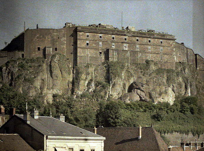 Vue de la citadelle sur le rocher dans lequel est sculpté le lion