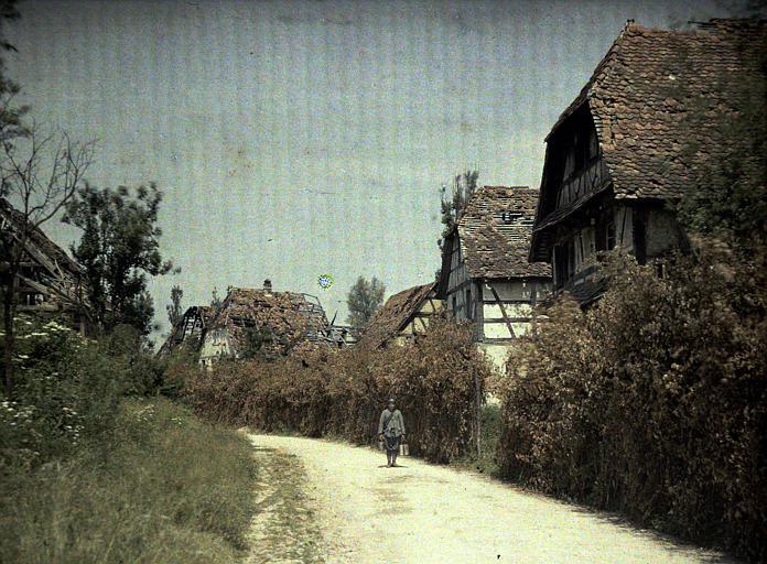 Camouflages : maisons anciennes à pans de bois ayant subi des dommages, militaire français au ravitaillement