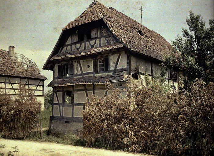 Camouflages : maisons anciennes endommagées