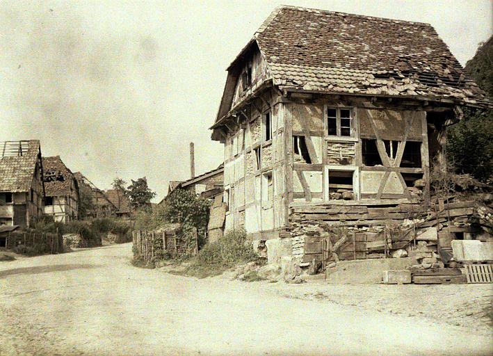 Camouflages : maisons anciennes à pans de bois endommagées