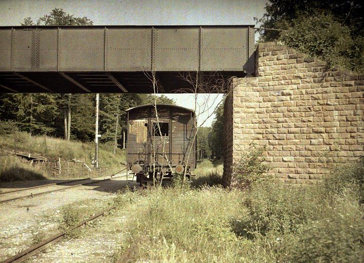 Ensemble d'une voie ferrée, d'un pont métallique et d'un wagon