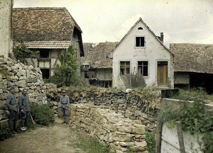 Intérieur du village, trois militaires français