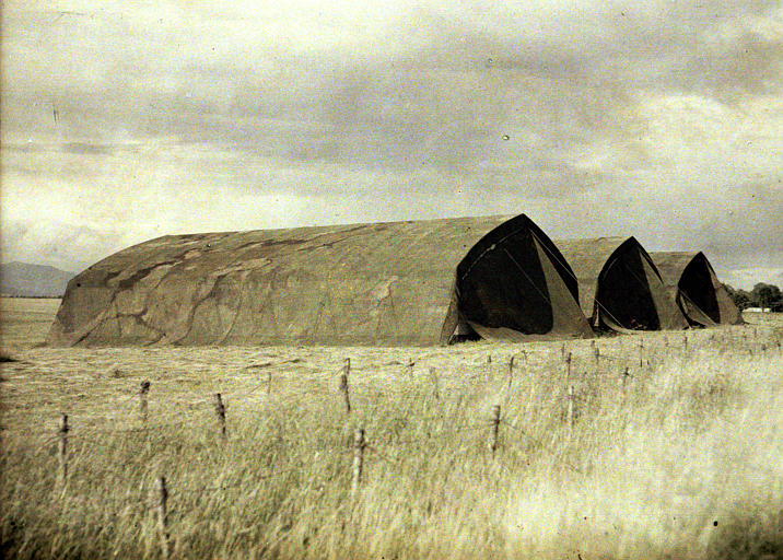Hangars camouflés : trois hangars sous toile de camouflage