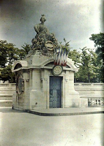 Statue de Strasbourg située place de la Concorde : statue symbolisant la ville de Strasbourg, pavoisée de drapeaux français
