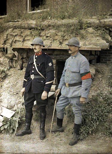 Gendarme belge et aide gendarme français devant maison en démolition