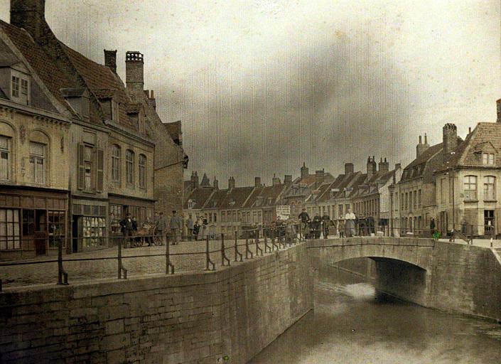 Le canal, scène animée : civils et militaires