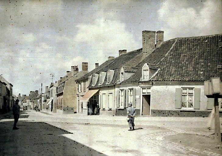 Service des routes : rue bordée d'habitations et commerces