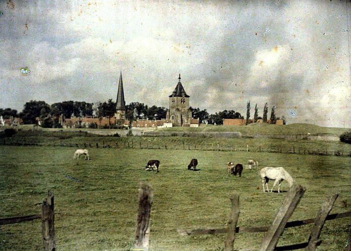 Vue générale : tour carrée fortifiée et tour pointue (vestiges de l'abbaye Saint-Winoc)