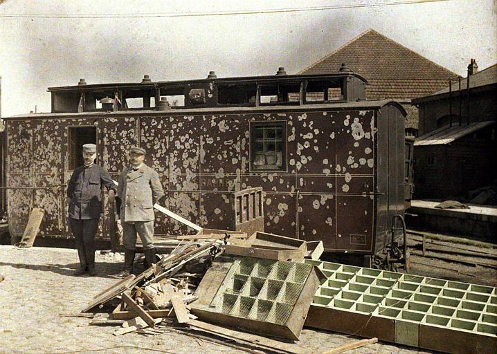 Bombardement des 2 et 3 septembre : wagon poste criblé d'impacts, deux hommes