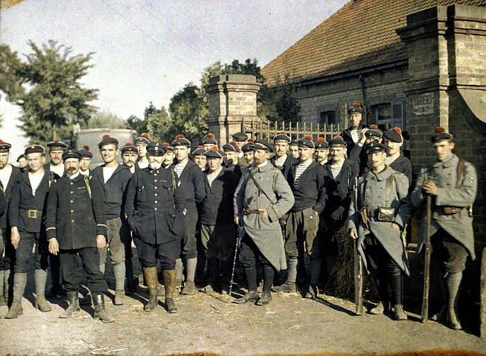 Les héros de Drie Grachten avec un groupe de fusiliers marins (officiers et marins devant l'entrée d'une maison)