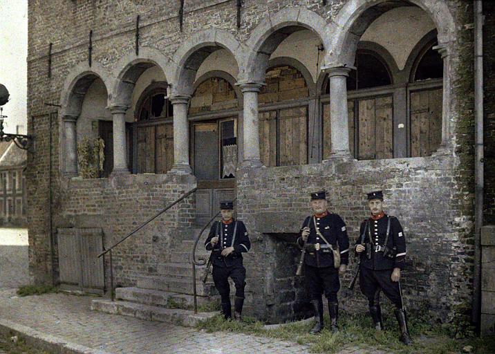 Vieille maison (corps de garde) de 1636 : maison à arcades, trois militaires