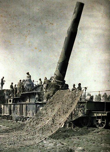 Pièce de 370 (inscription Keity sur le canon dressé ; filets de camouflage), militaires alliés
