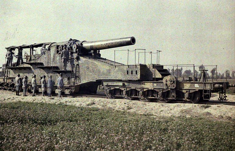 Pièce de 320 et son convoi sur rail (inscription cyclone sur le canon ; immatriculé ALGP. 32. 9 P. 3038)