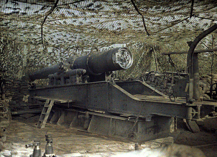 Pièce de 240 sous camouflage (filets de camouflage, sacs de sable)
