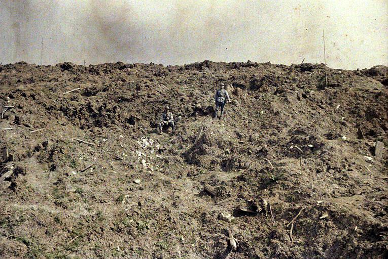 Lignes de l'Yser près de l'écluse de Boesinghe : terrain retourné par les obus, deux militaires