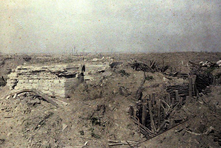 Ancienne première ligne allemande : terrain labouré par les combats